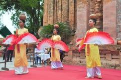 Ausführung eines traditionellen Volkstanzes von champa am Ponagar-Tempel in Nha Trang lizenzfreie stockbilder