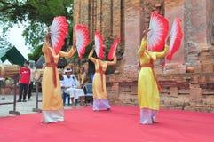 Ausführung eines traditionellen Volkstanzes von champa am Ponagar-Tempel in Nha Trang lizenzfreie stockfotos