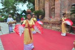 Ausführung eines traditionellen Volkstanzes von champa am Ponagar-Tempel in Nha Trang stockfoto