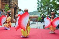 Ausführung eines traditionellen Volkstanzes von champa am Ponagar-Tempel in Nha Trang stockfotos