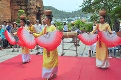 Ausführung eines traditionellen Volkstanzes von champa am Ponagar-Tempel in Nha Trang lizenzfreies stockbild