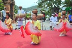 Ausführung eines traditionellen Volkstanzes von champa am Ponagar-Tempel in Nha Trang stockbild