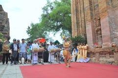 Ausführung eines traditionellen Volkstanzes von champa am Ponagar-Tempel in Nha Trang stockfotografie