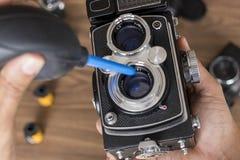 Ausführung von Reinigung der Weinlesefotokamera lizenzfreie stockfotografie