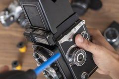 Ausführung von Reinigung der Weinlesefotokamera lizenzfreies stockfoto