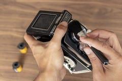 Ausführung von Reinigung der Weinlesefotokamera lizenzfreies stockbild