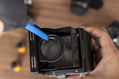 Ausführung von Reinigung der Weinlesefotokamera stockfotos