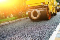 Ausführung von Reparaturarbeiten: asphaltieren Sie die Rolle, die heiße Lage des Asphalts stapelt und drückt Maschine, die Straße stockfotos