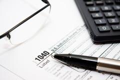 Ausfüllen amerikanisches Steuerformular Lizenzfreie Stockfotos