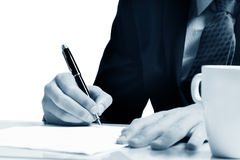 Ausfüllen des Formulars auf weißer Tabelle stockbild