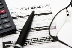 Ausfüllen kanadisches Steuerformular Lizenzfreies Stockfoto