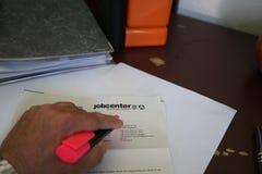 Ausfüllen und unterzeichnende Papiere und Dokumente lizenzfreie stockfotografie