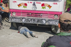 Ausfall des Busses auf einer holperigen Straße Nepalese Lizenzfreie Stockfotos