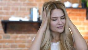 Ausfall, entsetztes blondes Mädchen, das auf Verlust reagiert lizenzfreie stockfotos