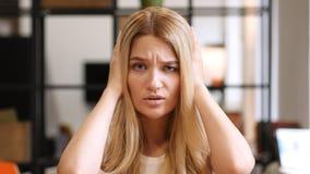 Ausfall, entsetztes blondes Mädchen, das auf Verlust reagiert lizenzfreie stockfotografie