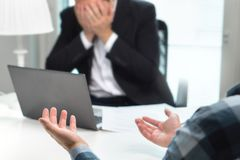 Ausfallen Vorstellungsgespräch oder Geschäftsleute, die Kampf im Büro haben stockfotografie