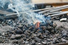 Ausführliche Ansicht des Metallfeuerplatzes mit Flamme Lizenzfreie Stockfotos