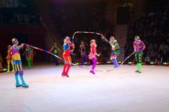 Ausflüge von Moskau-Zirkus auf Eis Akrobaten mit Springseilen Lizenzfreie Stockfotografie