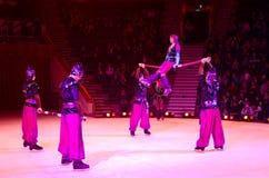 Ausflüge von Moskau-Zirkus auf Eis Akrobaten auf russischem Stock Stockfotos