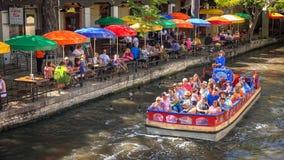 Ausflug-Boot auf San Antonio River am Fluss-Weg in San Anto lizenzfreie stockfotografie
