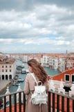 Ausflug nach Venedig Schönheit, welche die Kanäle von Venedig bewundert Lebensstil Blogger Stockfoto