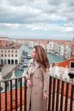 Ausflug nach Venedig Schönheit, welche die Kanäle von Venedig bewundert Lebensstil Blogger Stockbilder