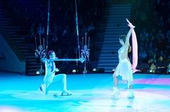 Ausflug von Moskau-Zirkus auf Eis Adagio Luftturner auf Matttrapez Stockbilder