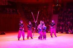Ausflug von Moskau-Zirkus auf Eis Akrobaten auf russischem Stock Stockbilder