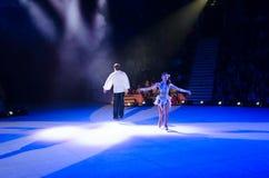 Ausflug von Moskau-Zirkus auf Eis Luftturner im Ring Julia Piterova und Anton Kononenko Stockbild