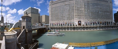 Ausflugboot auf Chicago-Fluss Stockfoto