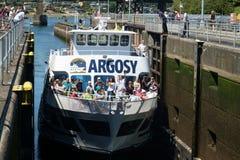 Ausflugboot, das Ballard Locks anmeldet lizenzfreie stockfotos