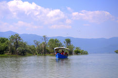 Ausflugboot im Kerkini See, Griechenland stockbilder