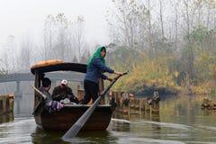 Ausflugboot im Sumpfgebiet-Park in China Stockfotografie