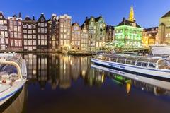 Ausflugboot mit traditionellen Häusern in Amsterdam Stockfoto