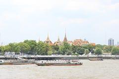 Ausflugboote festgemacht vor dem Tempel Bangkok Thailand Lizenzfreies Stockbild