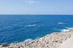 Ausflugboote in Meer Stockbilder