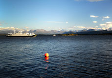 Ausflugbootssegeln in Norwegen durch Meer. Stockfoto