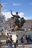 Ausflugde Frankreich Ausflugde Frankreich Drängen Sie sich, Radfahrer im grünen Park, nahe dem Buckingham Palace erwartend Lizenzfreies Stockbild