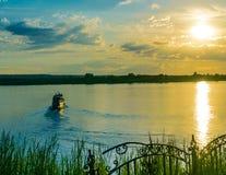 Ausflugschiffssegeln bei Sonnenuntergang Stockfotos