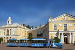 Ausflugszug auf dem Quadrat am Pavlovsk-Palast, St Petersburg Lizenzfreies Stockfoto