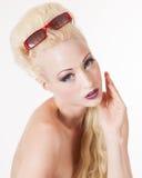 Ausfragenblick der jungen blonden Frau Stockfotografie