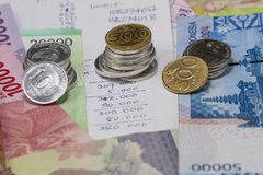 Ausgabe das Geld und Zahlung veranschaulicht mit Münzen, Banknoten und Ausgabenberechnung in der Handschrift Lizenzfreies Stockfoto