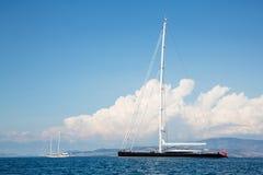 Ausgabe und großes Segelschiff oder Boot im blauen Meer Stockbild