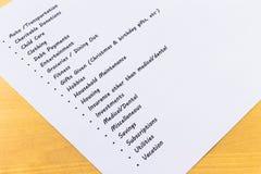 Ausgaben und Budget-Liste mit hölzernem Hintergrund Lizenzfreies Stockbild