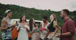 Ausgabengruppe der schönen Zeit Freunde am Picknick, jeder, das ein Glas und ein Gespräch mit einander, stilvoll hält stock video footage