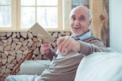 Ausgabenpause der männlichen Person des Positivs begeisterte mit Vergnügen stockfoto