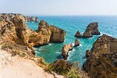 AusgabenSommerferien in der Meerblickansicht über Felsenklippen mit Meeren höhlen auf sandigem Strand aus Junge Erwachsene stockfoto