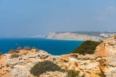 AusgabenSommerferien in der Meerblickansicht über Felsenklippen mit Meeren höhlen auf sandigem Strand aus Junge Erwachsene stockbild