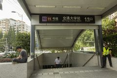 Ausgang der Shanghai-Metro-/Jiao Tong University-Station Stockbilder
