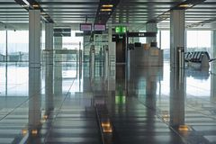 Ausgang an einem modernen Flughafen Stockfoto